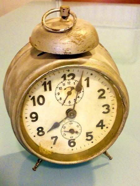 El despertador que Inés (Rosa Lasierra, Sheila Magali) utilizó en las dos versiones.